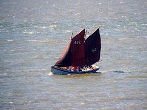 WR1 sloep zeilen op de Waddenzee
